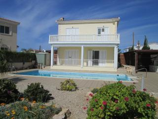 Cyclamen Villa: private, with pool and sea view, Peyia