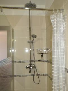 shower with rain showerhead and flexibel showerhead