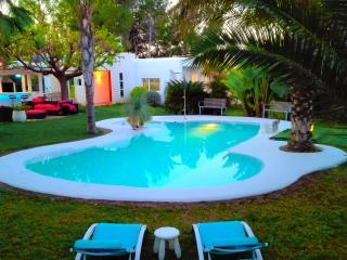 """Villa """"All Nature"""" in Valencia-Sleeps 12+3-private"""