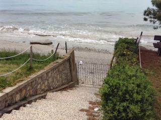 Sunny apartment with beach access, Mola Kalyva