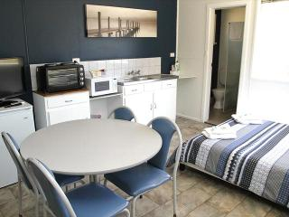Port Lincoln Caravan Park - Twin Share Cabins, North Shields