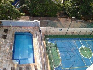 Área de lazer, cantina, churrasqueira, piscinas e quadra esportiva.