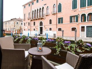 LUXURY FLAT WITH BALCONY OVER THE CANAL, Veneza