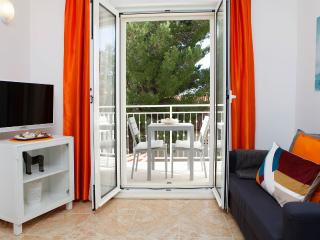 Adria 3-Bright and cheerful apartment with cute balcony 2min away from the beach