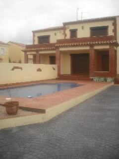 casa y piscina parte delantera