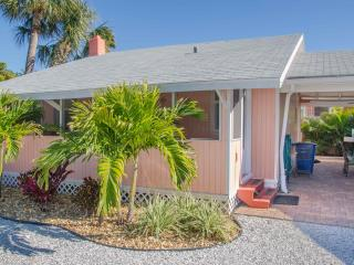 The Flamingo Cottage. Walk to Beach, Shops, Dining, Madeira Beach
