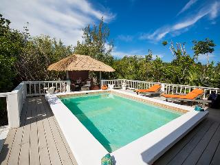 Ideal for Couples, Very Private Location w/ pathway to beautiful beach, private pool, Grace Bay