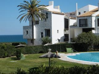 Apartamento a 30 metros de la playa, piscina, WiFi, Estepona