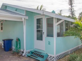 The Surf Cottage. Walk to Beach, Shops & Dining, Madeira Beach