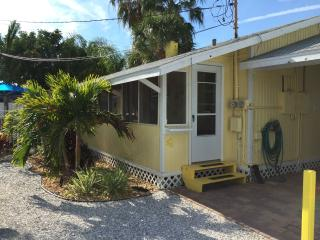 The Sunshine Cottage. Walk to Beach, Shops, Dining, Madeira Beach