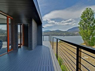 Amazing unique five-star waterfront retreat., Hobart