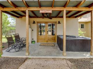 Romantic, dog-friendly getaway with hot tub —walk downtown!, Luckenbach