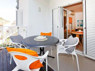 Adria 8-peaceful and charming 2-bedroom apartment-10-minute walk from the center, Bol