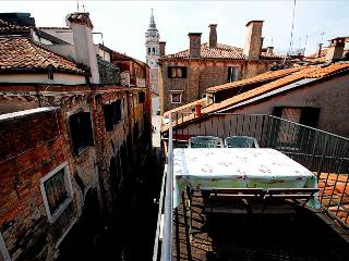 Central flat with roof terrace close to Santa Maria Formosa