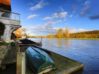 HENLEY-ON-THAMES WATERS EDGE | 3 Bedrooms, Henley-on-Thames