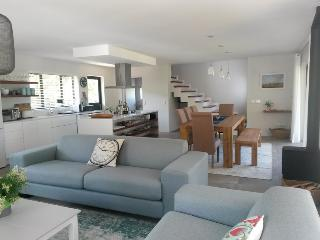 Dalriada~ Upmarket open plan cottage on river bank, Plettenberg Bay