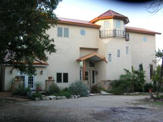 3,200 Sq Ft Lakeview-Secluded, Hot Tub, WI-FI, Lago Canyon