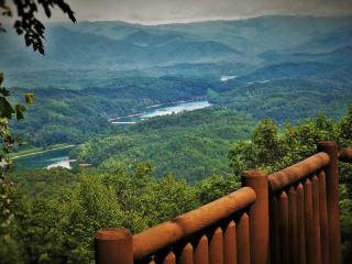 Smoky Mtn. and Lake Views, Hot Tub, Rustic Chic Interior, Peaceful Privacy!, Bryson City