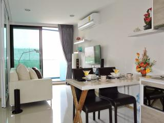 Luxury Ocean View Acqua  condo 200 m to the  Beach