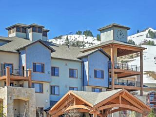 Cozy & Tasteful 1BR Park City Condo w/Wifi & Access to Fitness Center, Outdoor Pool, Sauna & More! Outstanding Location - Walk to World-Class Skiing, Hiking, Shopping & Dining!