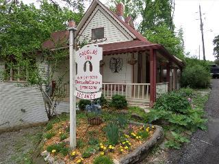 Fox Den Cottage at the Douglas Inn B&B (Onsite Owner/Innkeeper), Eureka Springs