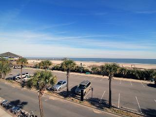 South Beach Ocean Condos - East - Unit 8 - Panoramic Oceanfront Views of Tybee Beach - FREE Wi-Fi, Isla de Tybee