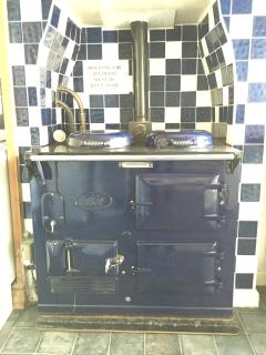 The house is kept warm all year round by an original AGA. Great for drying clothes after the beach.