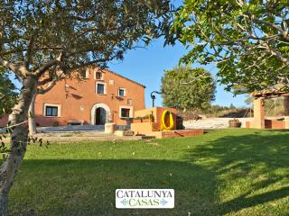 Countryside Masia Gipot for 17 guests, only 20-25 minutes from the beaches of, Santa Margarida i els Monjos