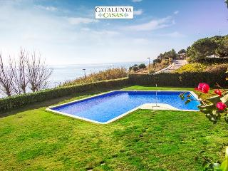Brilliant 4-bedroom villa in Sant Pol de Mar for 8 people, 50m from the beach!