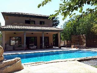 Espectacular casa con hermosa piscina y jardín
