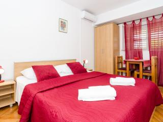 Red double room with Garden :), Dubrovnik