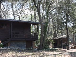 Casa de madera en bosque privado
