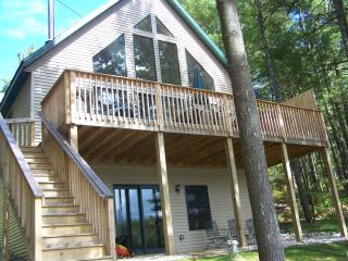 Bear's Den Lakefront w/OUTDOOR HOT TUB*GOLF*BOAT, Gaylord