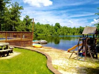 Lakefront w swimming pool, hot tub, beach, boats, Long Pond