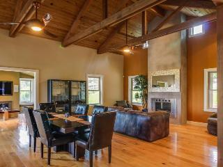 Upscale mountain view farmhouse w/ home theater & patio!, Cambria