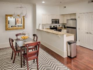 Downtown living with great dining, shopping & sightseeing - dogs welcome!