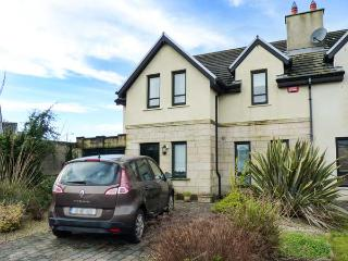 17 AN ROSEN, pet-friendly stylish cottage, open fire, garden, Dungarven Ref