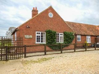 THE OLD CART SHED, five bedrooms, woodburner, enclosed garden, pet-friendly, WiFi, North Elmham, Ref 935377