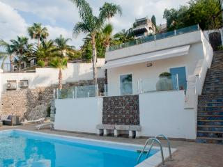 Sea View apartment with terrace and above the pool, Taormina