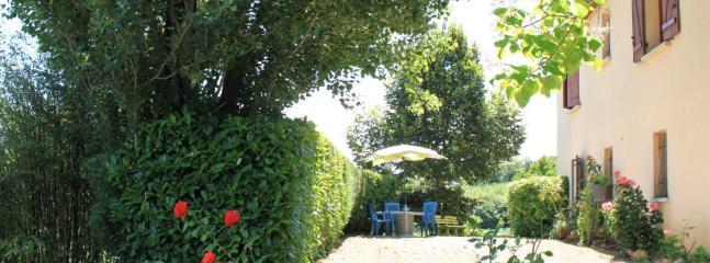 Terrasse  avec salon de jardin pour prendre petitdéjeuner