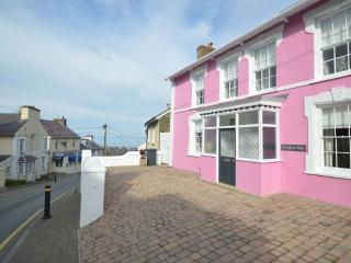 2 minute walk from beach, pubs and ice cream, New Quay