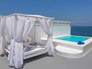 Greek Villas -  Santorini - Sailing Blue Beach House  right on the beach with