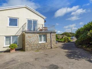 THE LOOKOUT, private beach access, sea views, balcony, pet-friendly, Sennen Cove, Ref 932663