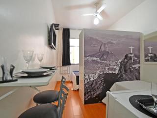 Great Compact Apartment Three Blocks from the Beach #019 C019, Río de Janeiro