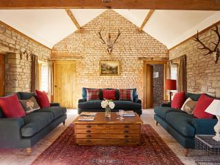 The Stables; Spacious &  Family Friendly for 13, Lyonshall