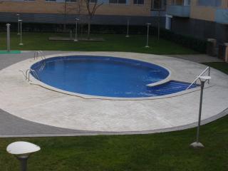Amplio y bonito  apartamento con piscina en zona nueva con parking  aire acond.