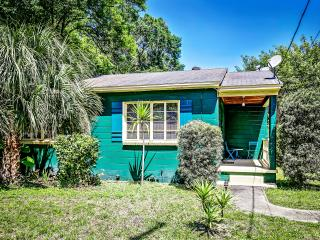 Bright and Cheerful Bungalow in Historic Seminole Heights, Tampa's Foodie Scene!
