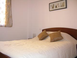 Gran dormitorio con cama doble y bonito interior