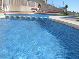 Sea view 3rd floor apartment, balcony, communal pool, free wfi