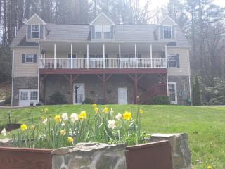 June dates available*Valle Crucis! Beautiful views- close to skiing -pool table
